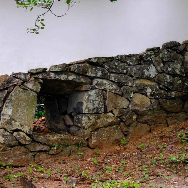 画像: 北虎口門から天守へと続く石垣。こちらも現存です。