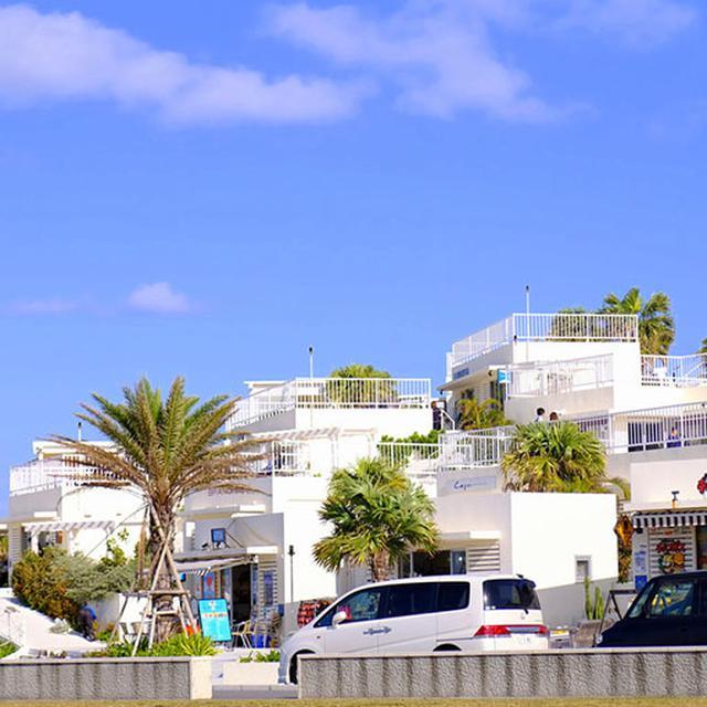 画像: 建物はチョークホワイト!青い空と海に映えます。
