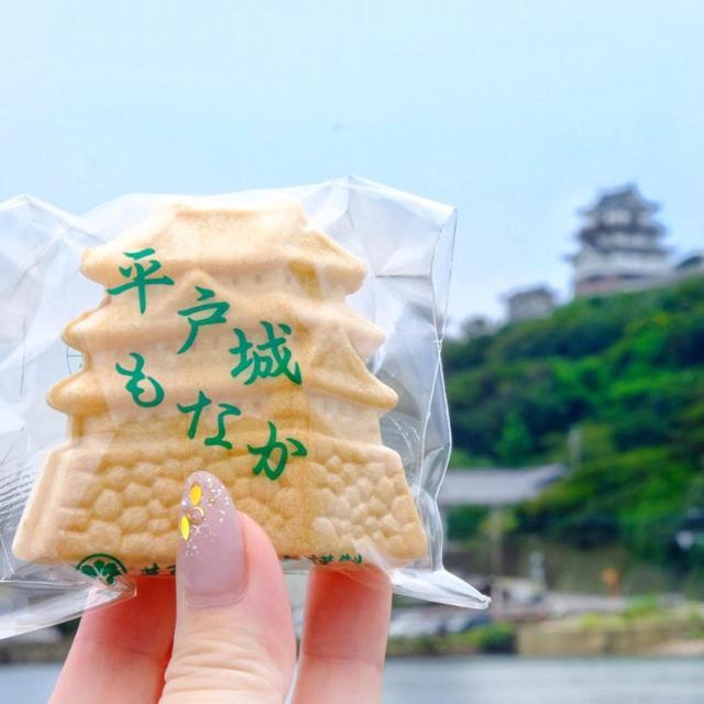 画像: 津乃上製菓の「平戸城もなか」。お城を見ながら、という楽しい食べ方。平戸城にそっくりなもなか皮につぶあんたっぷり。