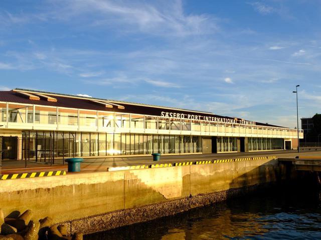 画像: 2015年に開業した佐世保国際ターミナル。夕日に照らされてとても印象的。