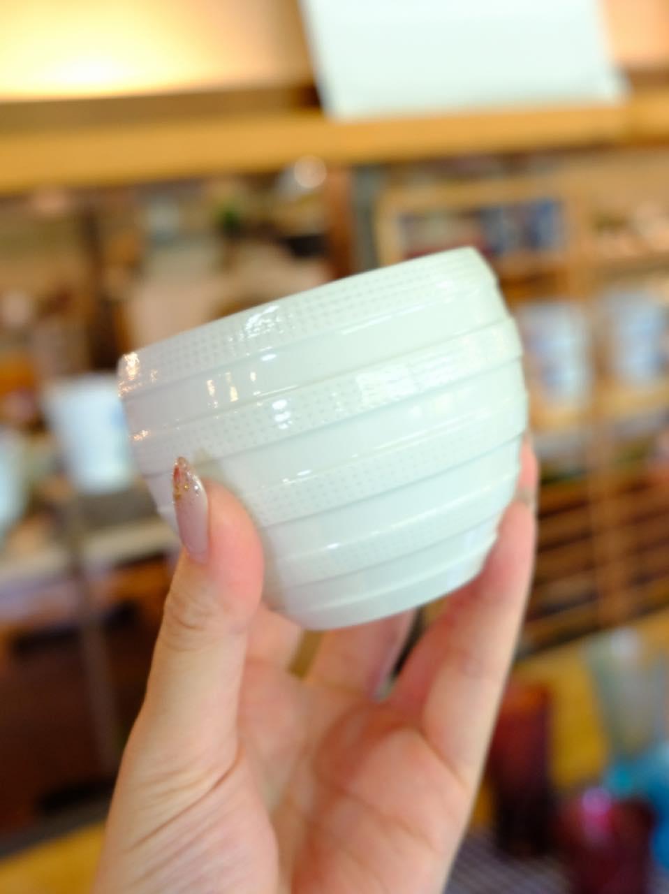 画像: その後で立ち寄ったセレクトショップ「One Clay」で一真窯の器を見ることができました。真っ白で使いやすそうです。あっこれ、さっき焼く前のを見たやつだー、と興奮。