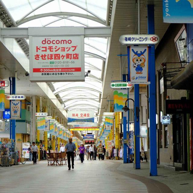 画像: 商店街は長く続き、またクロスするように連なってひとつの大きなアーケードを形成しています。四ヶ町と三ヶ町の商店街が一直線につながっており、その距離1キロという日本一の長さを誇ります。