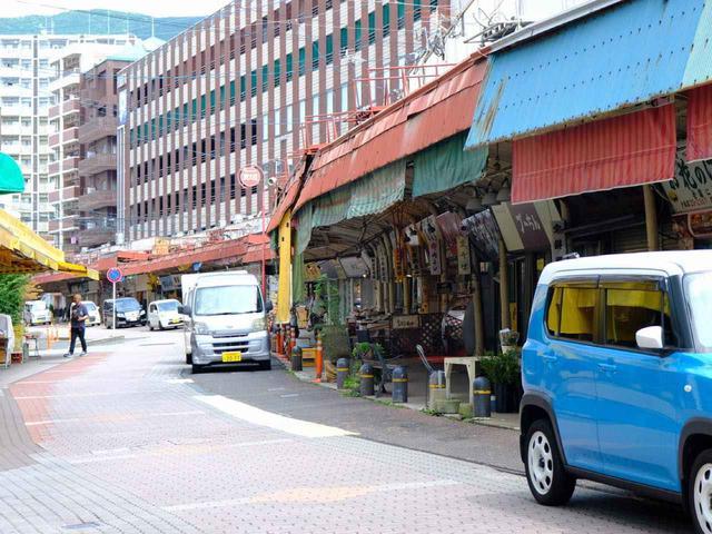 画像: お次は「戸尾市場」をお散歩。港町らしく魚介類のお店が多く、他にも専門店がずらりと並ぶ市民の台所です。