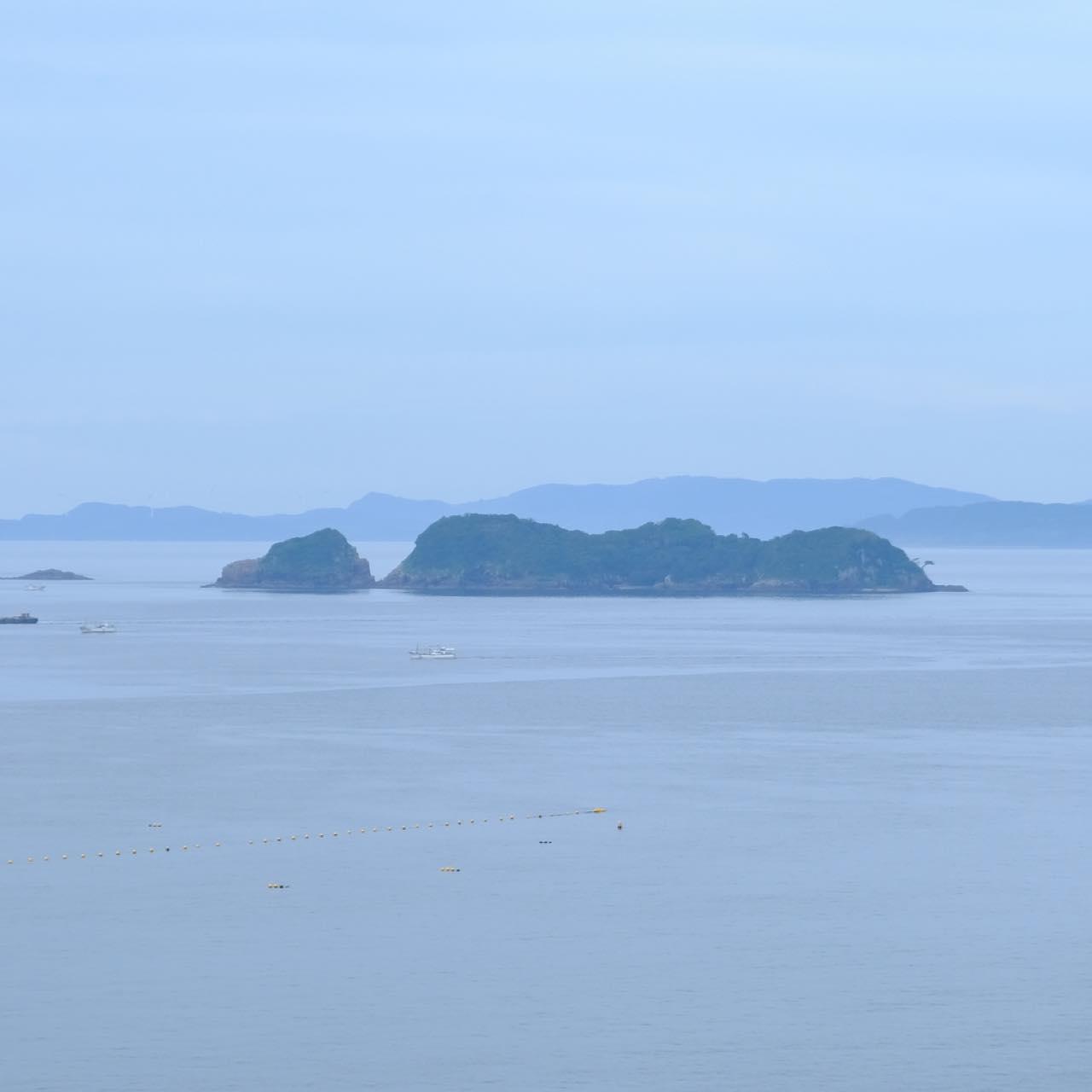 画像: こちらが世界遺産構成資産、無人島の「中江ノ島」です。この島では生月島の信者が殉教しました。殉教者の中の一人ヨハネ(ジュワン)坂本左衛門の名にちなみ、信者はこの島のことを「サンジュワン(St.ヨハネの意)様」と呼びます。