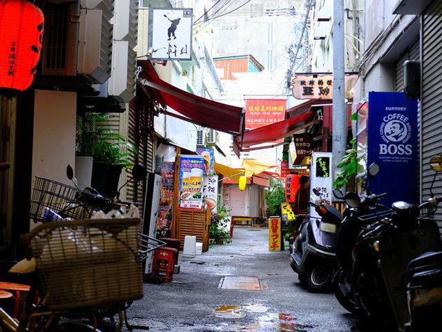 画像: 牧志公設市場。路地の雰囲気も風情があります。市場と商店街は屋根付きなので雨が降っても平気ですよ!