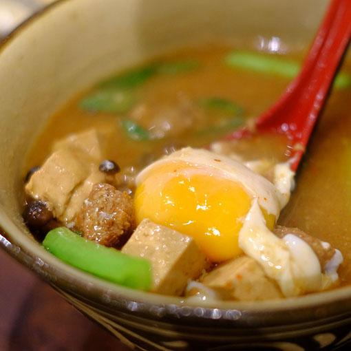 画像: 首里の玉那覇味噌の王朝味噌と紅豚、島豆腐を使ったお味噌汁は野菜も入って具沢山でした。