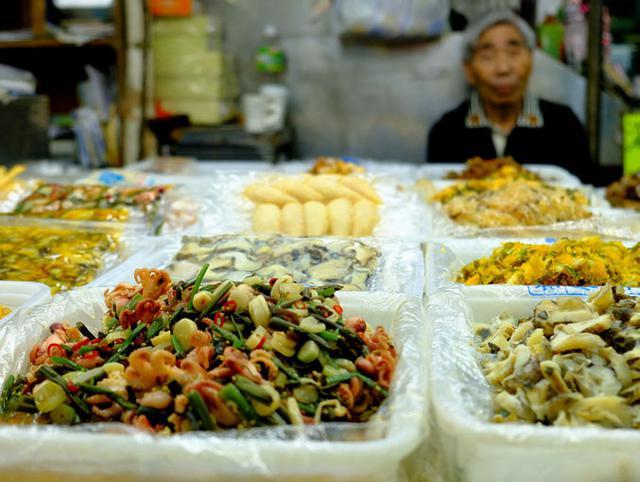 画像: お惣菜も量り売り。野菜や魚介がふんだんに使われています。
