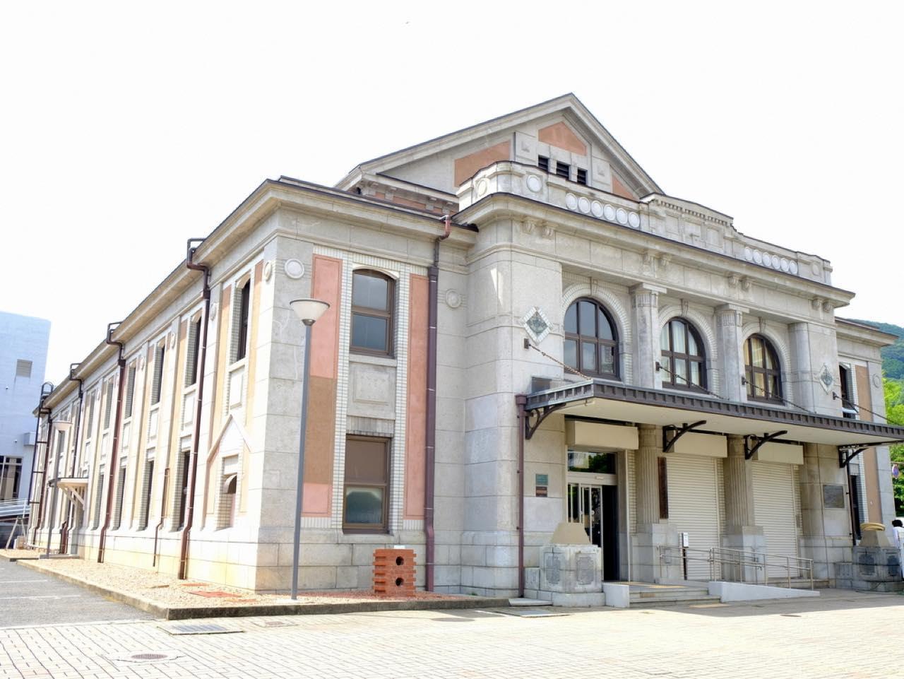 画像: 旧佐世保鎮守府凱旋記念館(市民文化ホール)は日本遺産「鎮守府(日本海軍の役所機関)」構成資産のひとつ。大正時代に寄付金によって建てられた、レンガと鉄筋コンクリート造の建物です。