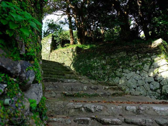 画像: オランダ商館を後にしてオランダ坂を登ります。商人の街は港沿いにできましたが、武家屋敷などは高い場所に建てられました。坂を登って平戸藩主であった松浦家の私邸へ向かいます。