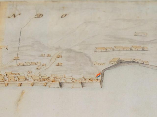 画像: 日本初の南蛮貿易港であった平戸。日本とオランダとの貿易が始まったのもここが最初です。昔の地図に描かれている旗の場所にオランダ商館がありました。この絵を見ると、港を中心に海沿いに街が出来ていることがわかります。