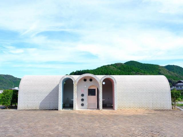 画像: 目の前は「やきもの公園」です。トイレがタイルで可愛らしい!