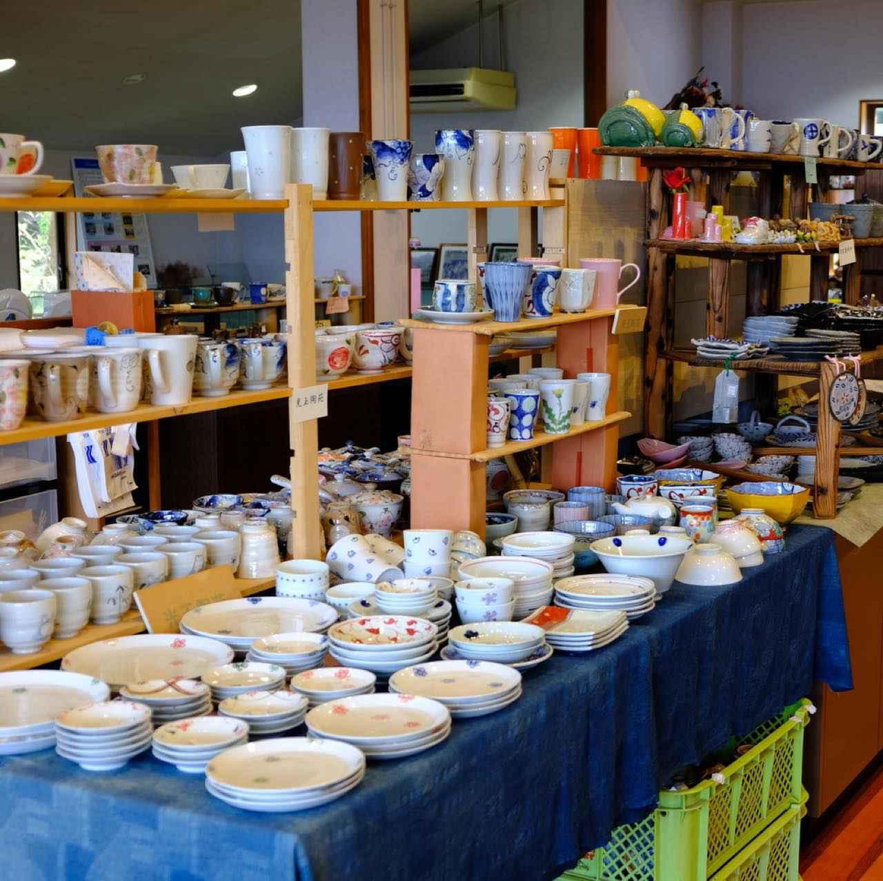 画像: こちらには中尾山の窯元の器がたくさん置いてあります。また中尾山の昔の話や新聞記事なども見せていただけました。
