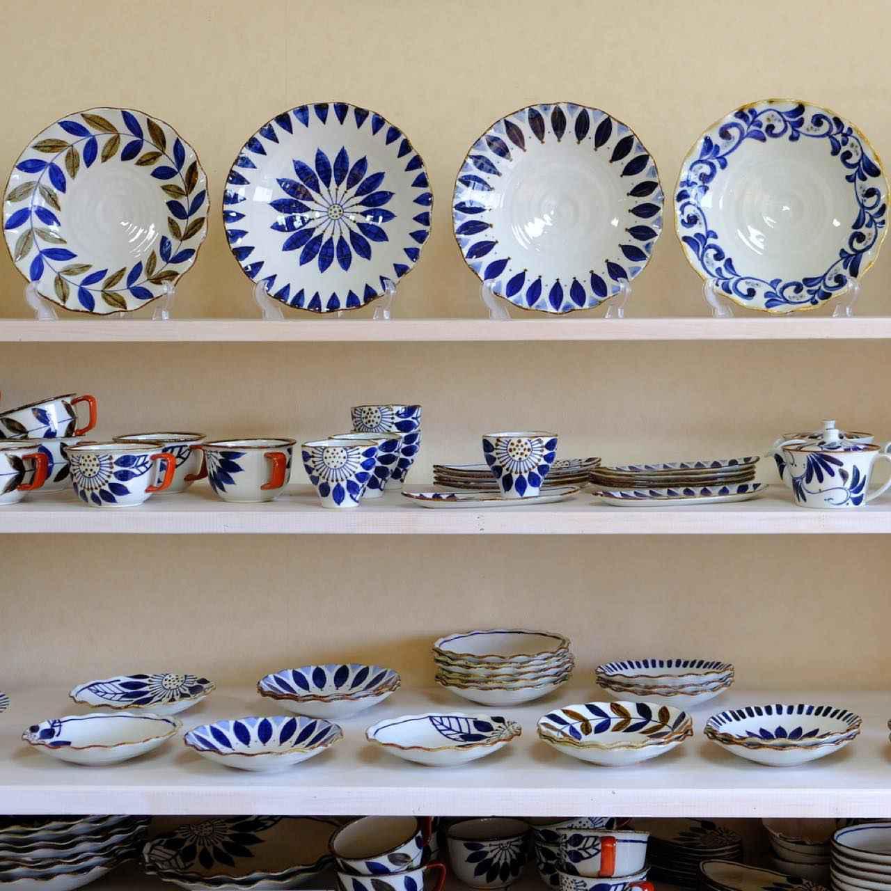 画像: 最後に立ち寄ったのは窯元「翔芳窯」。目の覚めるような藍色の器が特徴の窯元です。