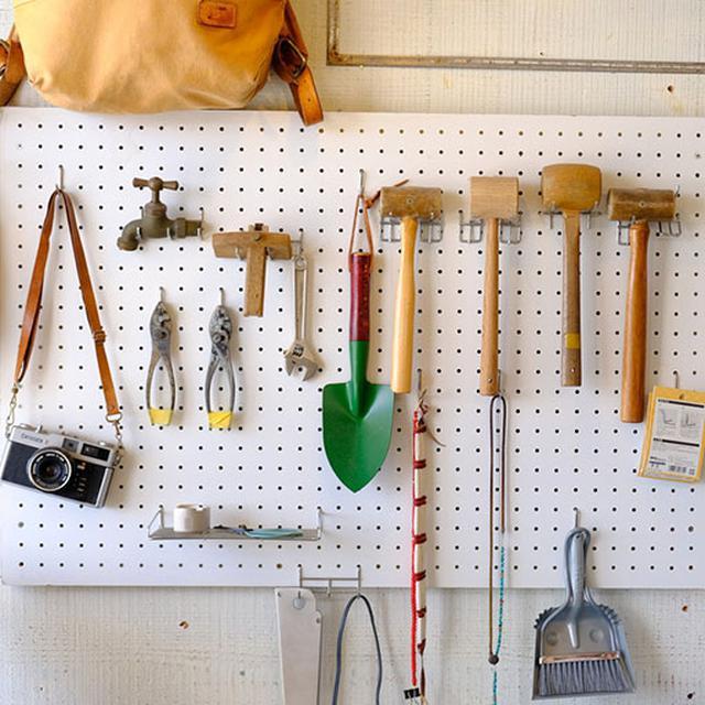 画像: 店内は工房にもなっており、製作現場もその場で見ることができますよ。キーホルダーや小物など、買いやすいものもあります。