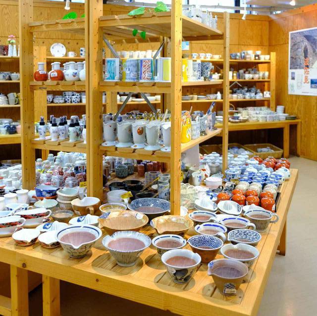 画像: 「波佐見焼とは?」に答えてくれる品数の多さ。自分好みの窯元を見つけることもできます。有田焼などの周辺エリアの作品も見られます。