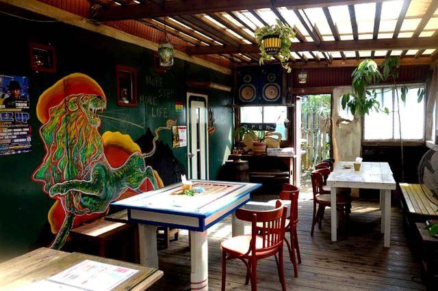 画像: 木の温もりが活きた店内は、POPな絵画もぴったり。隣にはもう一部屋あり
