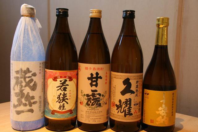 画像: アルコールも種類豊富だが、種子島といえば焼酎が有名。これまた種類豊富で、吞み比べもいい