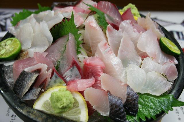 画像: 今回は9種類の鮮魚が載った「地魚鮮魚お刺身盛り」。分厚さもボリュームも凄い!