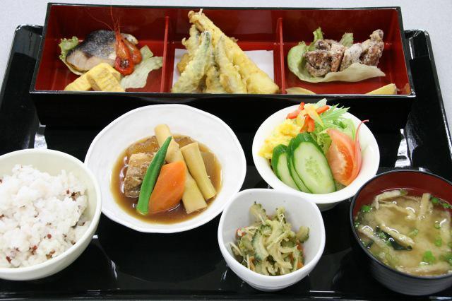 画像: 安納芋のポテトサラダやトビウオの焼き魚、きびなごの天ぷらなど盛りだくさんの「こうのとり御膳」