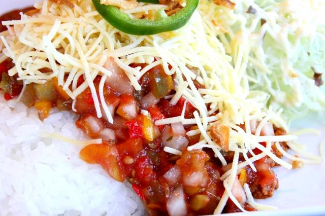 画像: 濃いめの味付けのタコライスで食欲も進む。ピリ辛ゆえにサラダやソーセージとの相性もぴったり