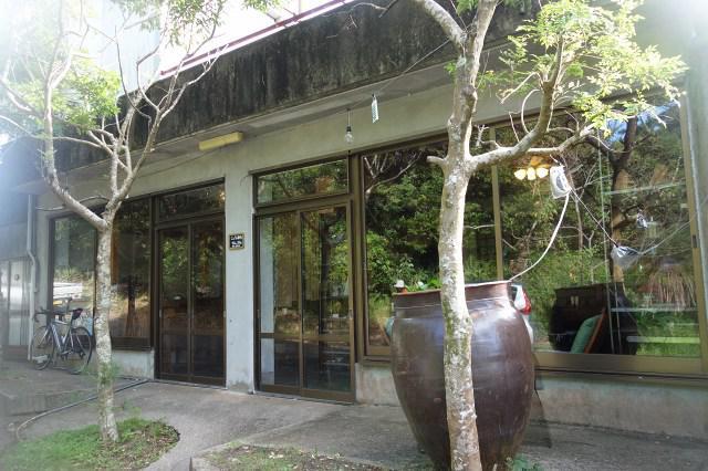 画像: リゾート的な雰囲気も活きるカフェレストラン。緑豊かな地にあり、ゆったりとした時を過ごせる