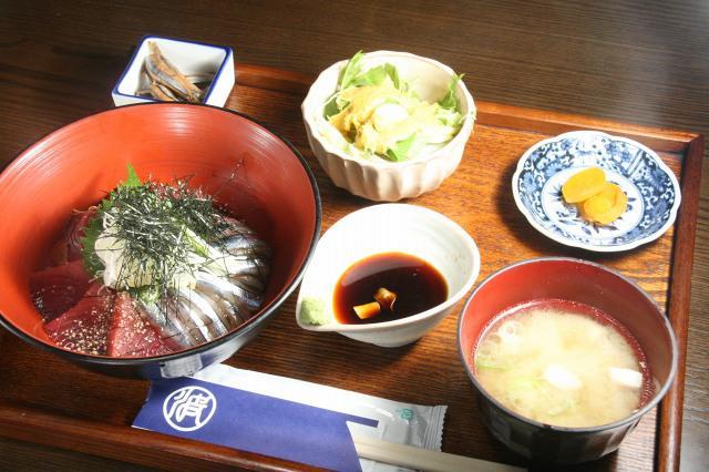 画像: 「海鮮丼」内容は変わるが、お味噌汁やサラダなどもつく。これで990円はお値打ち