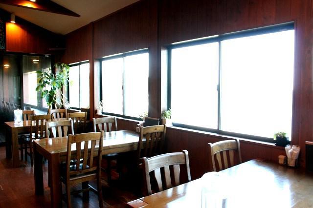 画像: レストランは2階に。サーフィンやダイビングショップ、宿泊(コテージ)なども併設
