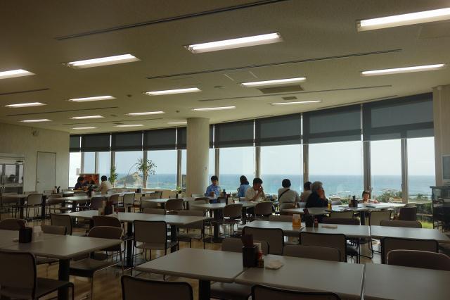 画像: 広々とした眺めの良い食堂で、JAXAの方々と一緒に食事ができる臨場感もまたGOOD