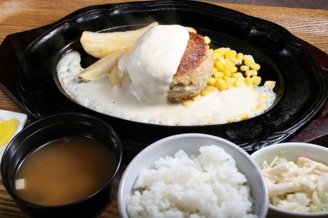 画像: ホワイトハンバーグ(クリームソース)。ごはんやお味噌汁なども付いて、ボリュームもある