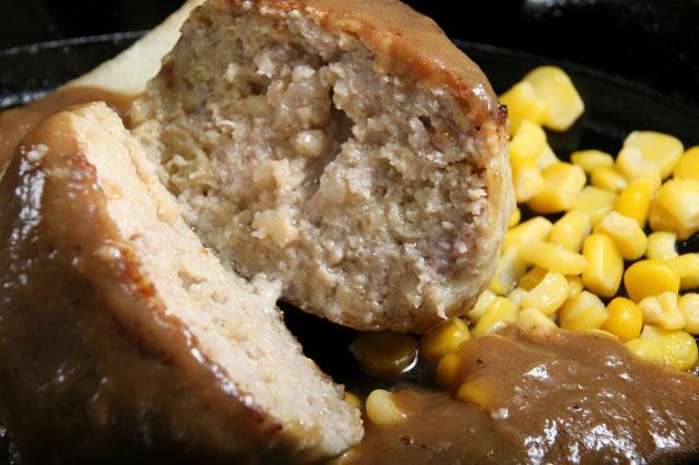 画像: ソースの辛味が後をひく。柔らかくジューシーなハンバーグは、ポーク100%だそう