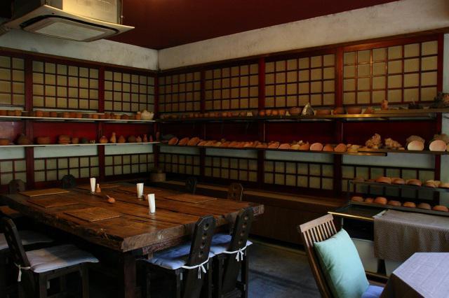 画像: 昭和的な木目が活きる店内には、大家さんの作成した陶芸作品などが随所に