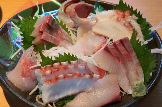 画像: あかばら(カンパチ)やタコなど、地元で採れた鮮魚のお刺身。新鮮さが伝わってくる(写真は2人前)