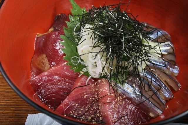 画像: 今回の「海鮮丼」は、種子島で採れたカツオときびなご。鮮度の良さが全面に出ている