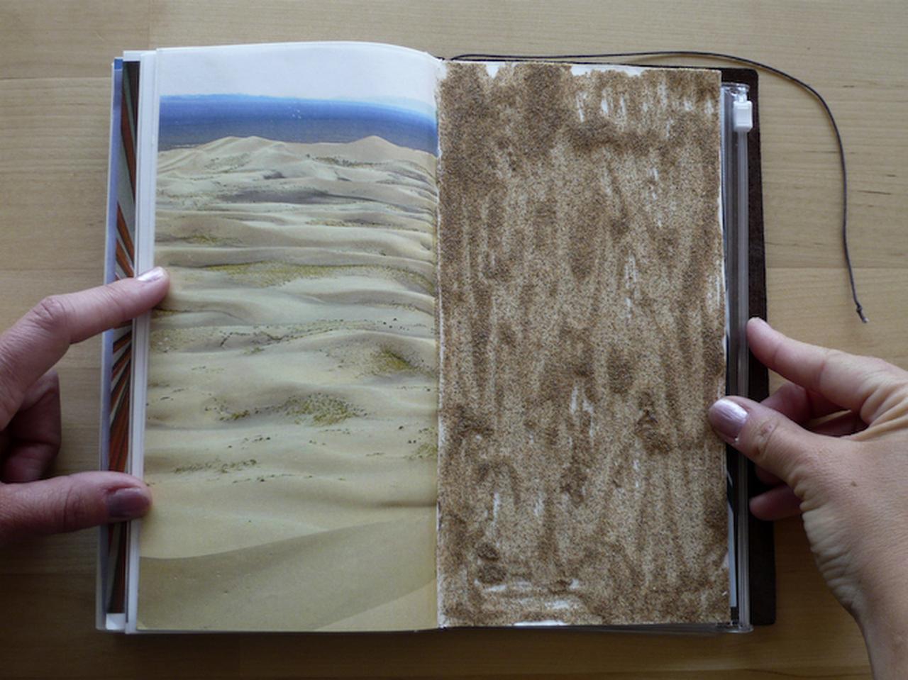 画像: 砂漠の写真と、持ち帰った砂で構成した見開き