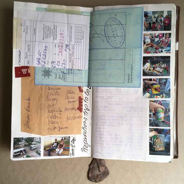 画像2: 旅行中に集めた写真やものを組み合わせ、ページをつくっていく