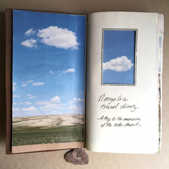 画像1: 旅行中に集めた写真やものを組み合わせ、ページをつくっていく