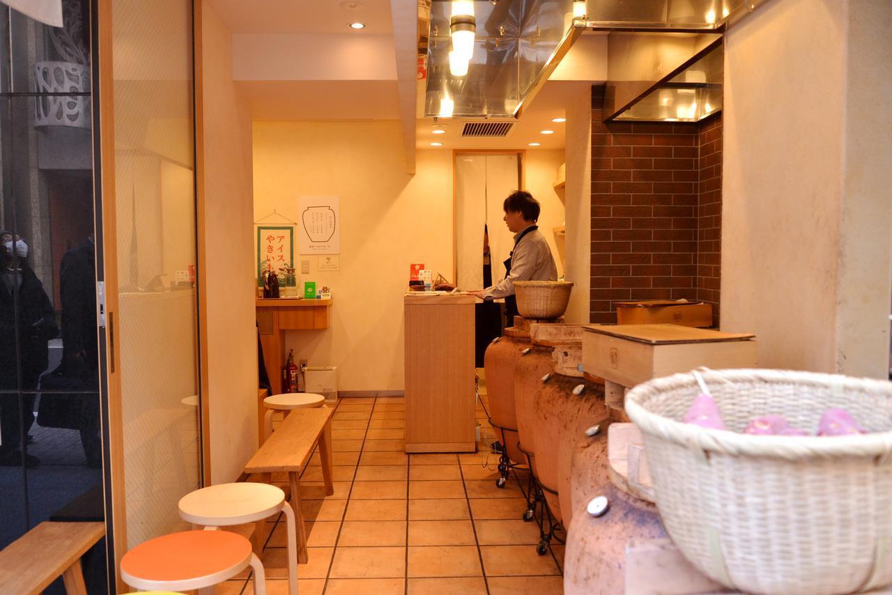画像: 店内にはイートインスペースがあり、築地の「うおがし銘茶(焙じ茶)」が無料で提供されています
