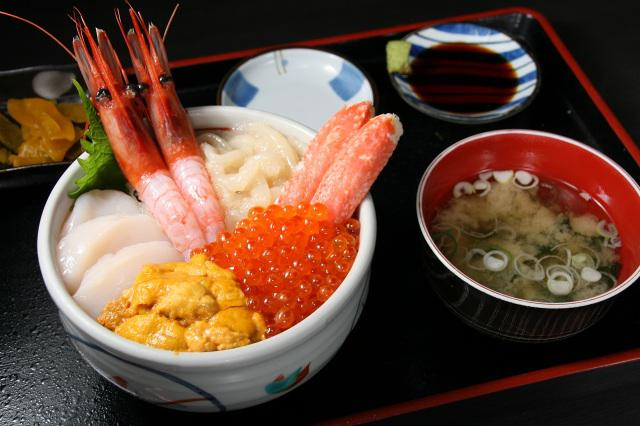 画像: 函館大漁丼 2430円。エビやウニ、いくら、カニなどの海産物の載った丼のほか、お新香やお味噌汁も