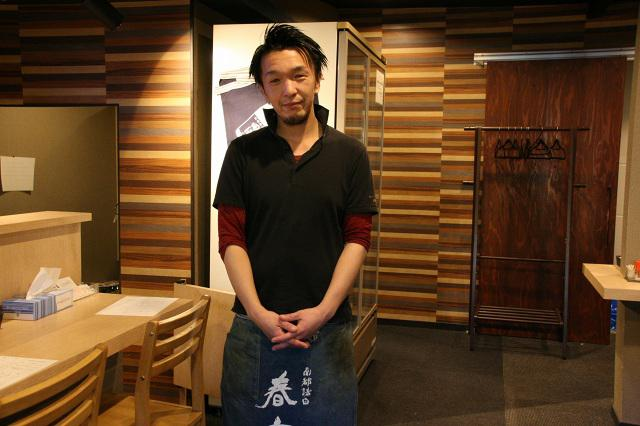画像: 神垣商店4代目の神垣修二さん。朝早くから市場のセリにも出る忙しさ