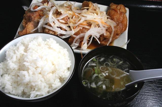 画像: 「鶏南」880円。大きな鶏のから揚げが4つ。ごはんも大盛サイズでおなかいっぱい