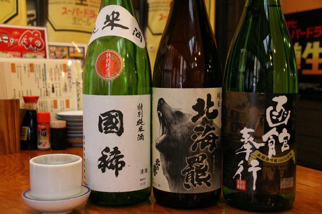 画像: 「国稀(特別純米酒)」「函館奉行」「北海羆」など北海道ならではの地酒も各種揃う