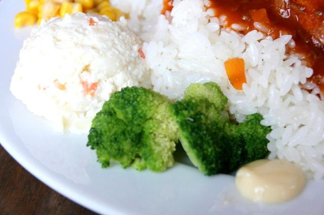 画像: ポテトサラダやブロッコリーなども付き、彩りも美しく、テイスト的にもGOOD