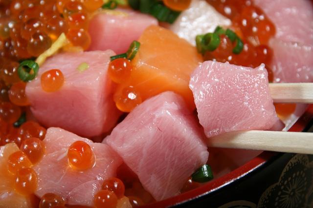 画像: 中トロのほか、ハマチやサーモンなども加わる(魚はその日により変わることあり)