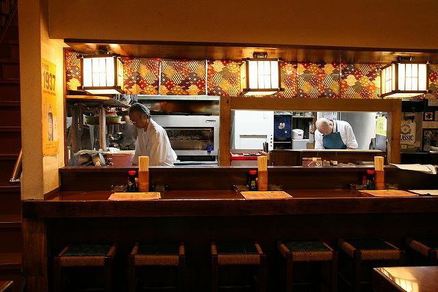 画像: 厨房では料理人さんが調理を。それを眺めながら味わうのもまた一興だ
