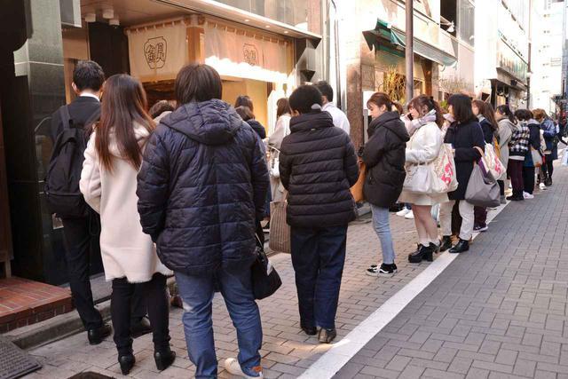 画像: この日は開店1時間前からお客さんが。オープンの12時にはあっという間に長蛇の列に