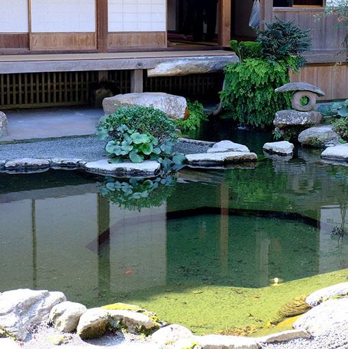 画像: こちらが中庭。池の中には八角形のくぼみがあります。これは表にある池と対になっており、凹と凸の八角形が合わさるようになっているのです!全体的に中国式の風水式の縁起や考え方が取り入れられた建築となっています。