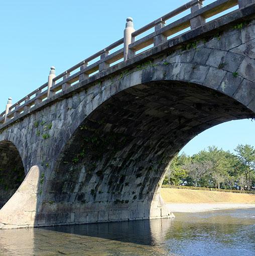 画像: 1846年製造の西田橋。なんとこの橋、総重量2,000トンもあるのだそう!一体どうやって支えているのか。それはアーチ部分の2重構造。これは作者である「岩永三五郎」の特徴でもあります。