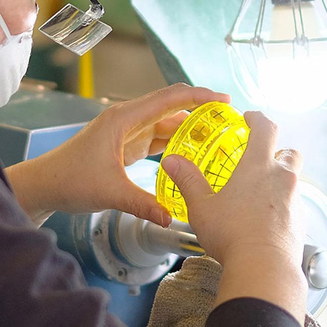 画像: 薩摩切子は透明なガラスの上に色ガラスをかぶせ、それを削ることによって中の透明な色合いを模様として浮き出させることが特徴 。カラフルで美しい輝きを持つ薩摩切子は、見る人を惹き付ける魅力ある工芸品です。