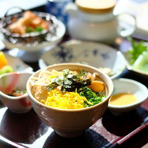 画像: ランチタイムに差し掛かり、仙巌園で鶏飯をいただきます。