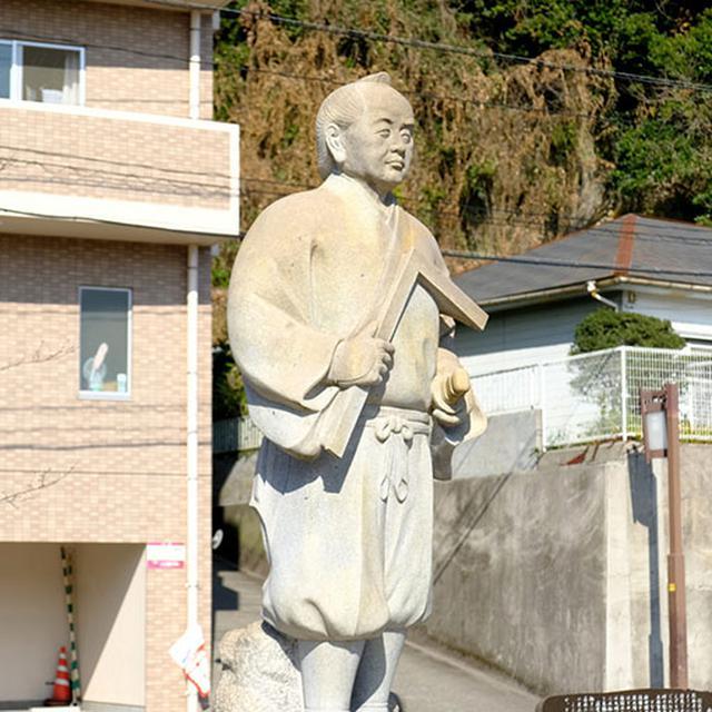 画像: 公園内には、これら石橋を作った岩永三五郎の像もあります。これらは遺産としてかなり価値があるものだと思うので、一人でも多くの人に見てもらえるといいなと思います。実際に見てみるととってもいいですよ!